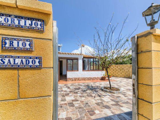 Cortijo Río Salado - Entrada - Apartamentos Patio Andaluz - Playa de La Fontanilla (Conil)