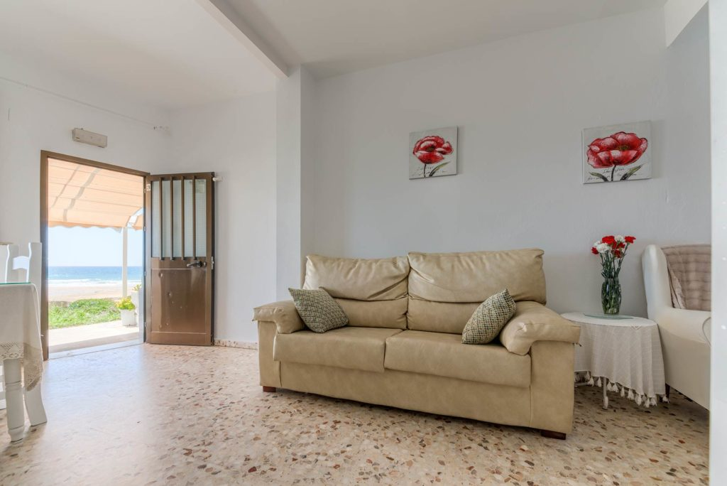 Apartamento 3 - Entrada y Sofá - Apartamentos Patio Andaluz - Playa de La Fontanilla (Conil)
