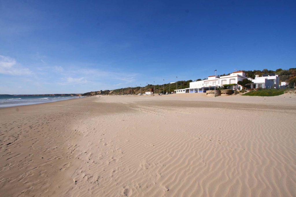 Playa de La Fontanilla y al fondo Playa de El Roqueo - Apartamentos Patio Andaluz (Conil)