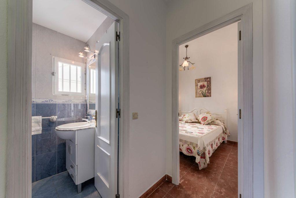 Apartamento 2 - Dormitorio y Baño - Apartamentos Patio Andaluz - Playa de La Fontanilla (Conil)