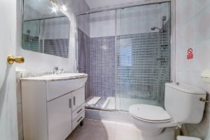 Apartamento 5 - Aseo y Baño - Apartamentos Patio Andaluz - Playa de La Fontanilla (Conil)