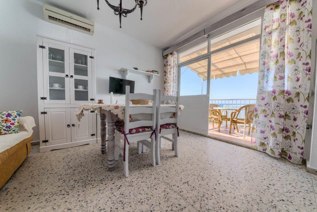 Apartamento 5 - Salón Comedor y Terraza - Apartamentos Patio Andaluz - Playa de La Fontanilla (Conil)