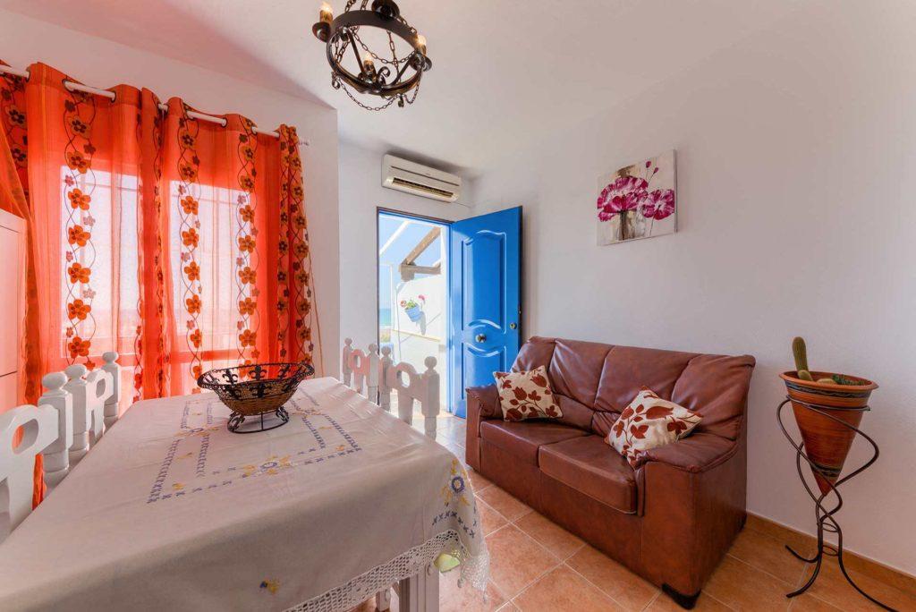 Apartamento Huerto - Comedor y Sofá - Apartamentos Patio Andaluz - Playa de La Fontanilla (Conil)