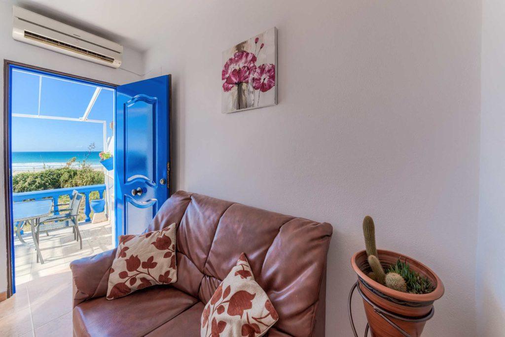 Apartamento Huerto - Entrada y Sofá - Apartamentos Patio Andaluz - Playa de La Fontanilla (Conil)