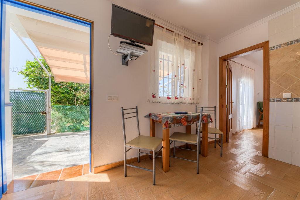 Apartamento Huerto - Entrada y Office - Apartamentos Patio Andaluz - Playa de La Fontanilla (Conil)