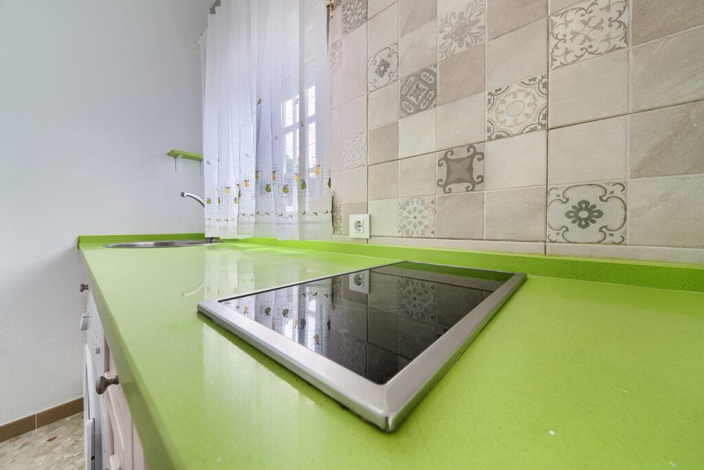 Apartamento 1 - Vitrocerámica y encimera - Apartamentos Patio Andaluz - Playa de La Fontanilla (Conil)