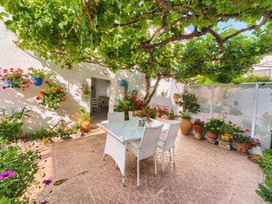 Apartamento 1 - Mesa en Patio - Apartamentos Patio Andaluz - Playa de La Fontanilla (Conil)