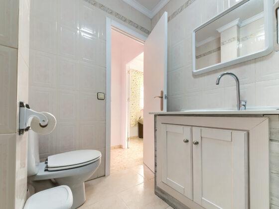 Apartamento Baluarte - Aseo y Baño - Apartamentos Patio Andaluz - Playa de La Fontanilla (Conil)
