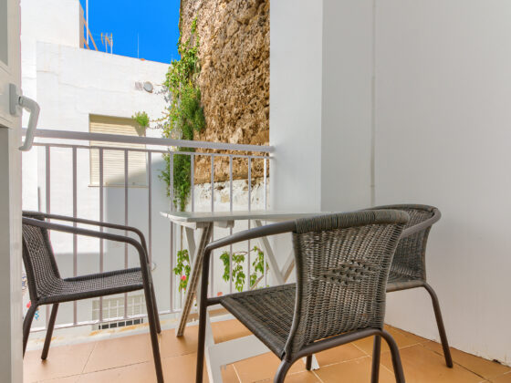 Apartamento Baluarte - Terraza y Sillas - Apartamentos Patio Andaluz - Playa de La Fontanilla (Conil)