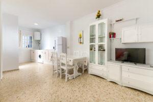 Apartamento Baluarte - Salón Comedor - Apartamentos Patio Andaluz - Playa de La Fontanilla (Conil)